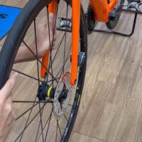ディスクブレーキ搭載ロードバイク前輪の脱着方法
